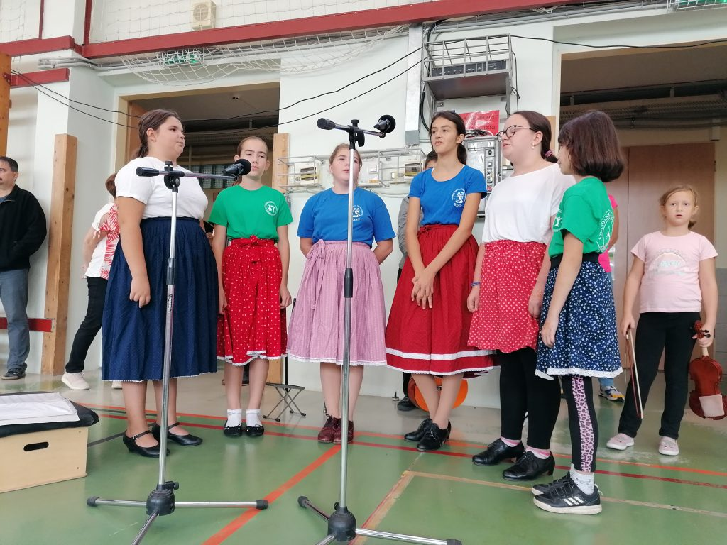 A 6.a osztályos lányok népdalcsokrot éneklenek.