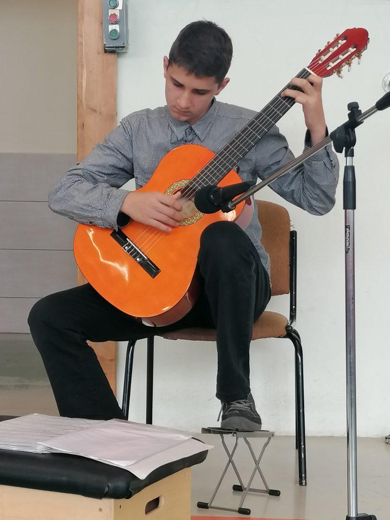Veress Vilmos gitározik.